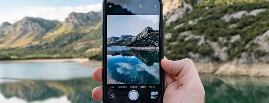 Meilleur telephone pour photo: Une personne prend une photo d'une montagne