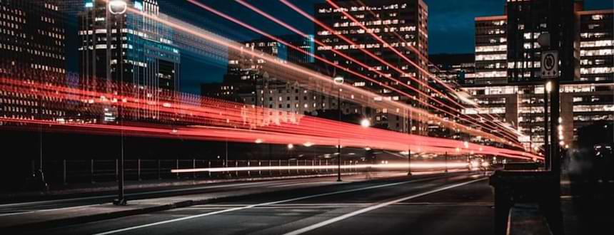 Une ville floue, suspendue dans le temps pour illustrer Quelle est votre qualité d'internet