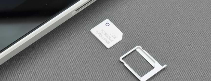 Téléphones déverrouillés sans carte SIM est posé à côté d'une carte SIM, comme si elle venait d'être retirée de l'appareil.