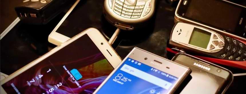 de nombreux téléphones de toute sorte empilé pour illustrait le meilleur forfait cellulaire Quebec et Canada