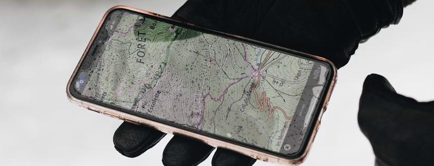 Des gouttes de pluie atterrissent sur un téléphone portable éclairé, montrant les capacités impressionnantes d'un telephone étanche.